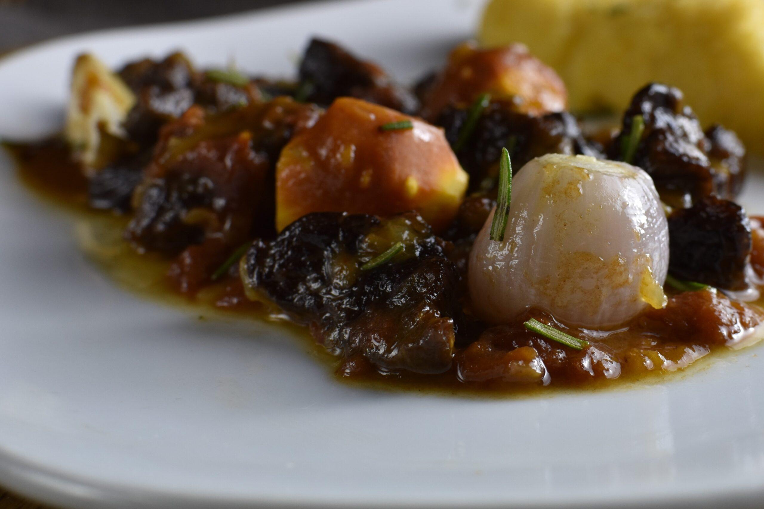 Βουβάλι με καρότα, κρεμμύδι και ολόκληρες σκελίδες σκόρδου